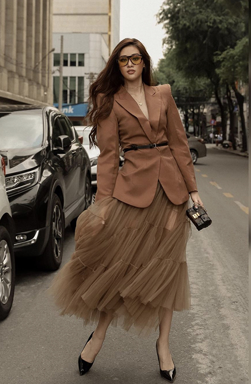 Áo blazer vai thô được mix cùng chân váy vải tuyn. Sự hoà trộn giữa nét thanh lịch của áo khoác đi kèm váy xếp tầng bay bổng được nhiều tín đồ thời trang thế giới ưa chuộng.