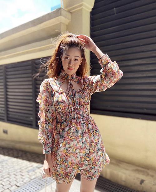 Song song với nét cá tính và sang chảnh với nhưng set đồ hợp trend, váy áo điệu đà và mang hơi hướng bánh bèo cũng được hoa hậu yêu thích.