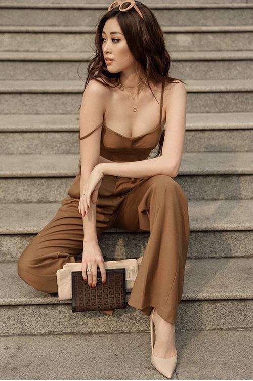 Khánh Vân khoe nét hiện đại và trẻ trung với set đồ tông nâu. Phụ kiện mắt kính, giày cao gót và ví cầm tay cũng được mix-match hài hoà.