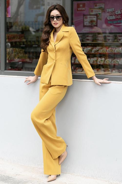 Mốt diện suit đơn sắc chiếm trọn cảm tình của sao Việt ở mùa thời trang năm nay. Khánh Vân giúp mình nổi bật trên phố với bộ cánh tông vàng tươi.