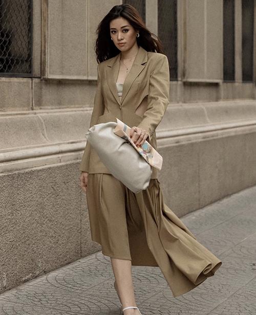 Ngoài phong cách thời trang thảm đỏ, Khánh Vân cũng chăm chút cho street style để ghi điểm về phong cách thời trang cá nhân.