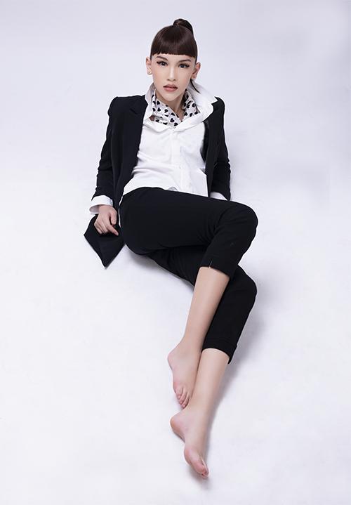 Trong bộ ảnh mới thực hiện, Lucy Bùi trông như một người mẫu trưởng thành khi trang điểm ấn tượng, diện trang phục người lớn và thể hiện thần thái lạnh lùng.