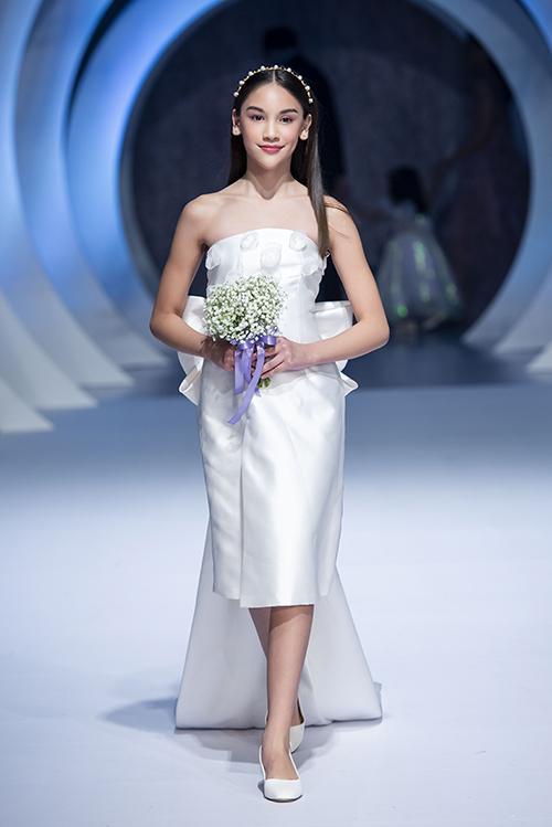 Trên sàn catwalk, Lucy Bùi biến hóa linh hoạt, khi lạnh lùng, lúc ngọt ngào tùy thuộc vào thiết kế mà mình thể hiện. Trong ảnh, mẫu nhí diện váy cưới trong bộ sưu tập mới nhất của NTK Thảo Nguyễn.