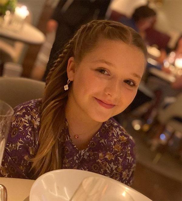 Sau khi đi mua sắm với anh trai và chị dâu tương lai, Harper đi ăn cùng bố mẹ. Trên trang cá nhân, Becks đăng ảnh công chúa nhỏ điệu đà, càng lớn càng xinh đẹp