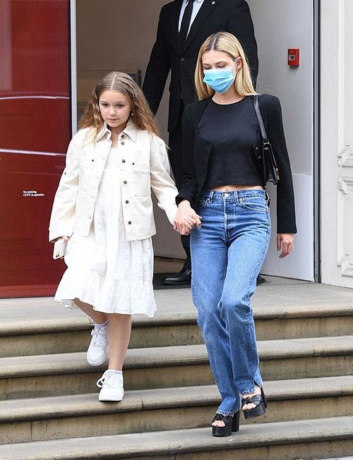 Harper và chị dâu tương lai nắm tay nhau thân thiết khi ra khỏi cửa hàng mang tên mẹ Victoria Beckham Cô nhóc 9 tuổi không đeo khẩu trang như Nicola Peltz.
