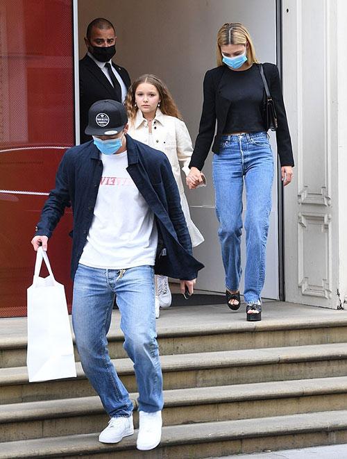 Chàng trai 21 tuổi và người đẹp Nicola Peltz mặc đồng điệu với quần jean, áo thun khoác ngoài