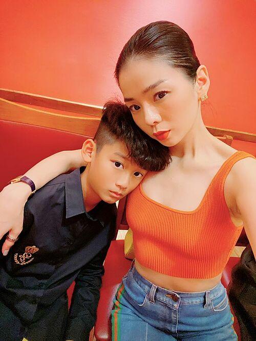 Ca sĩ Lệ Quyên pose hình bên con trai.
