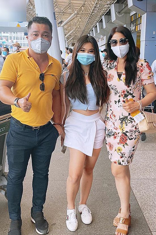 Anh trai - diễn viên Lý Hùng - ra sân bay đón Lý Hương và cháu gái trở về.