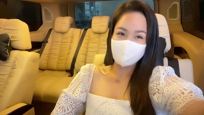 Đại diện của Nhật Kim Anh chia sẻ chiếc xe hơi hiện tại cô đang dùng không đủ thuận tiện cho các chuyến đi xa. Cô sắm thêm xe Limousine với không gian bên trong rộng rãi để phục vụ các chuyến đi diễn, công tác ở tỉnh.