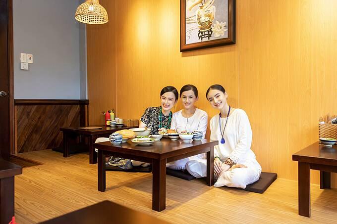 Angela Phương Trinh bình an bên mẹ và em gái.