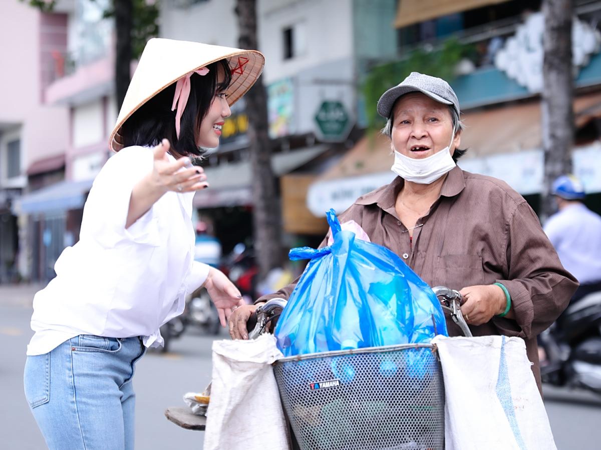 Giữa trời nắng, Diệu Nhi tìm đường đến gặp nhân vật của chương trình – vợ chồng cụ Duy Tế sống ở Bình Thạnh. Hằng ngày, họ nhặt ve chai kiếm sống qua ngày.