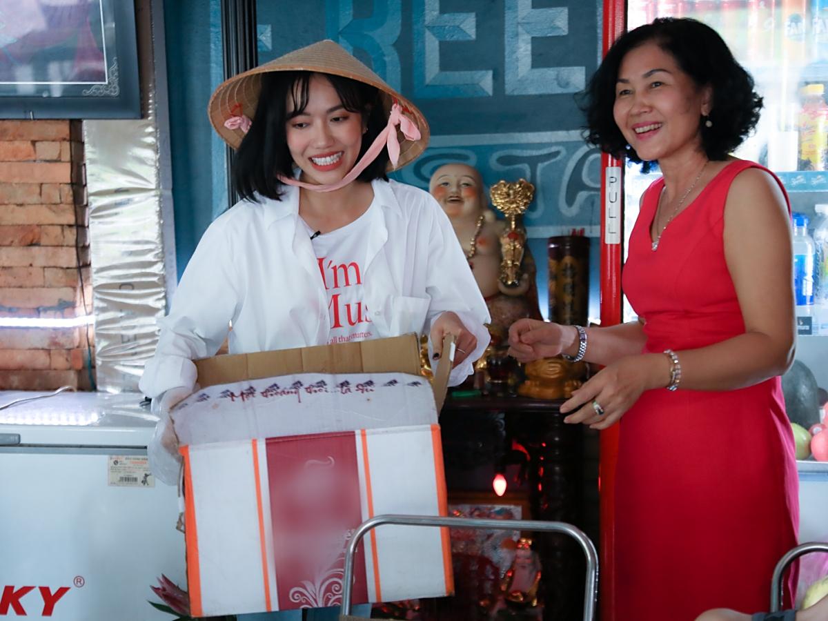 Nhiều người dân nhận ra Diệu Nhi nên nhiệt tình hỗ trợ gom ve chai trong nhà cho cô mua.