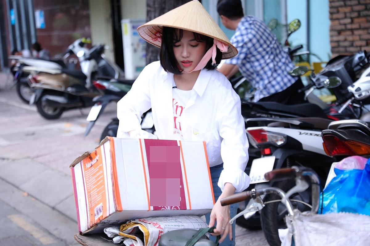 Hình ảnh diễn viên Diệu Nhi và xe ve chai tạo ấn tượng với khán giả, vì sự gần gũi và chân thật.