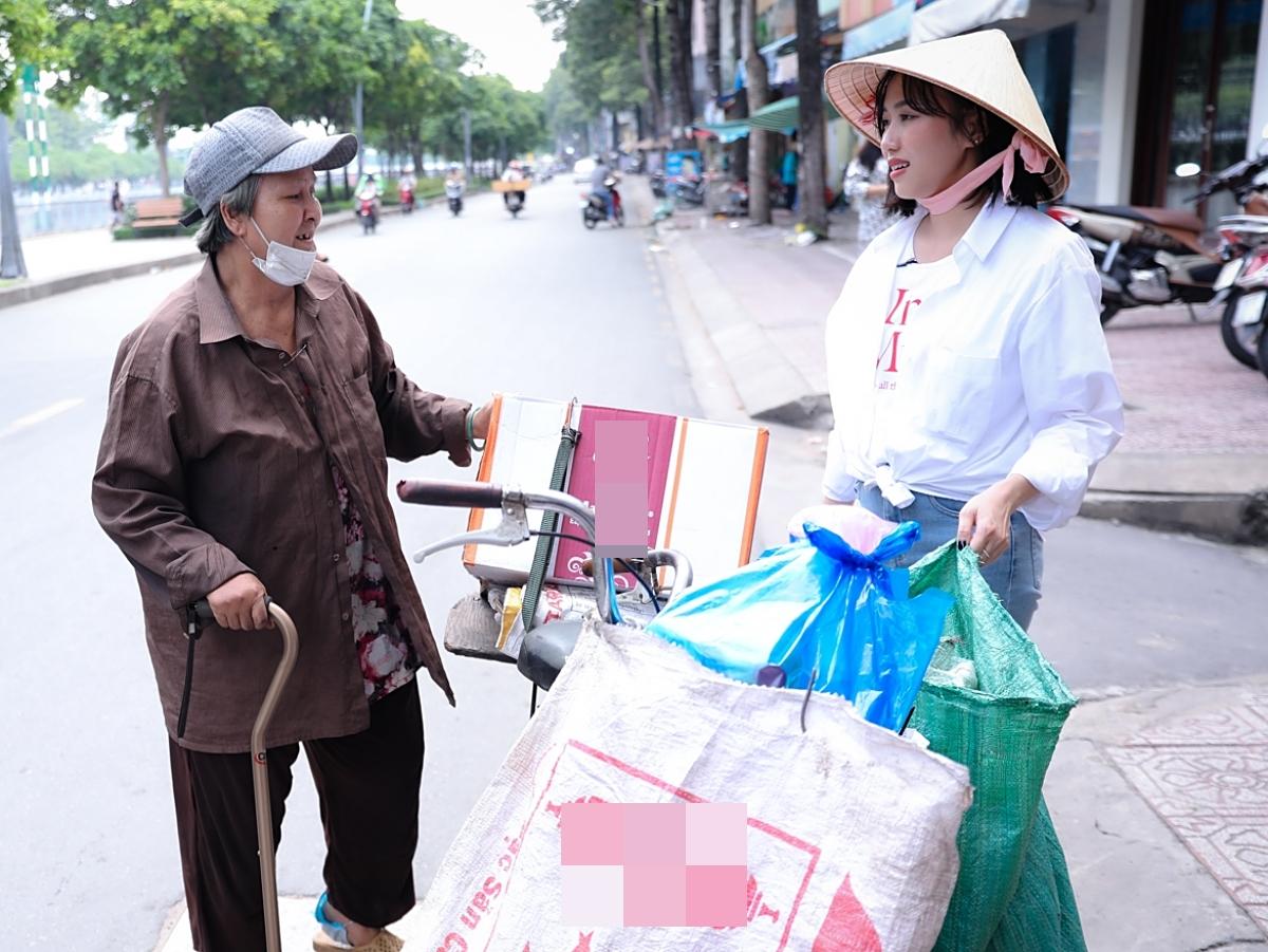 Sau khi thu gom ve chai, Diệu Nhi trở lại tìm gặp cụ bà và cùng đi về nhà để tìm hiểu thêm về đời sống.