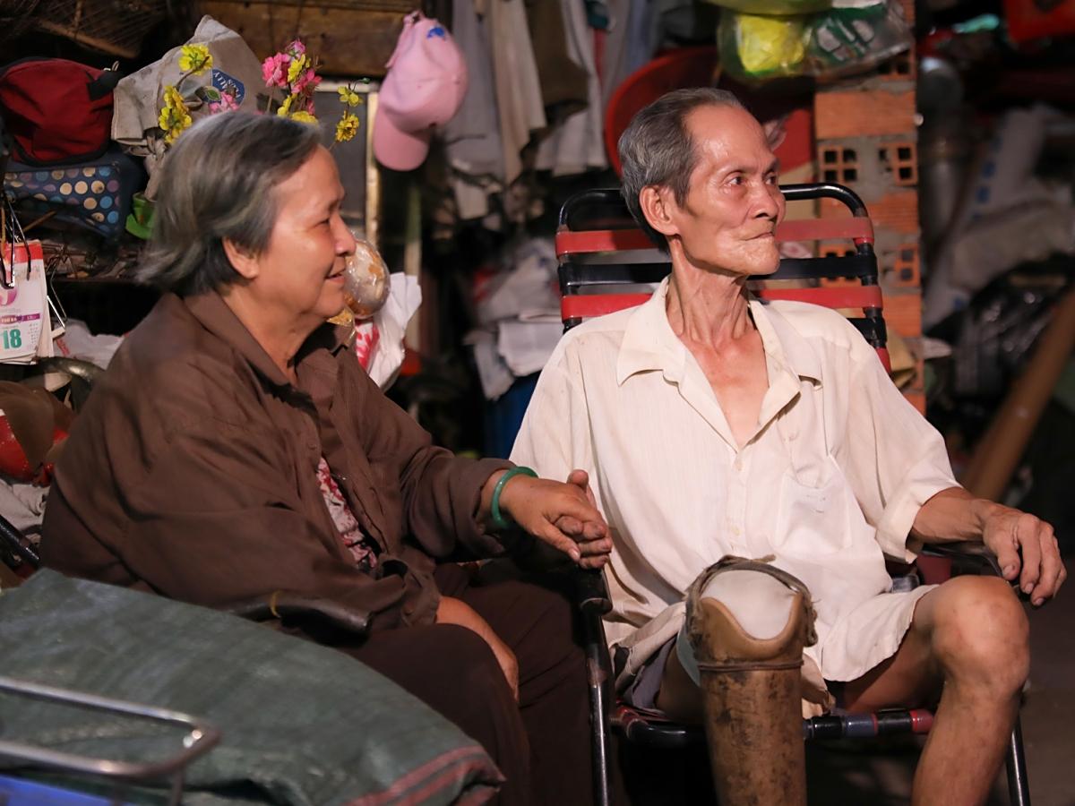 Suốt buổi trò chuyện, ông bà cụ luôn nắm chặt tay nhau.