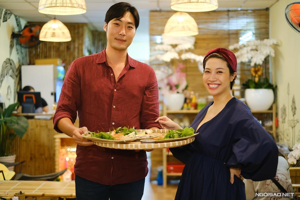 Nam doanh nhân người Mỹ gốc Hàn không ngại bưng bê phục vụ khách. Sự xuất hiện của nam nhân viên đẹp trai, cao 1,87m khiến nhiều thực khách bất ngờ.