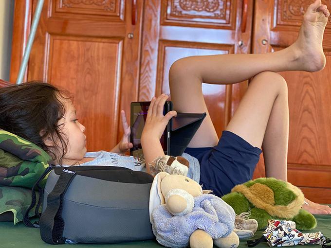 Chia sẻ với Ngoisao.net, Hồng Nhung cho biết gia đình cô có con nhỏ nên gia đình Hồng Nhung được phân cho một phòng khép kín với hai giường ngủ.  Những gia đình khác cũng được chế độ tương tự hoặc phân thành 3-4 người ở ghép mỗi phòng.