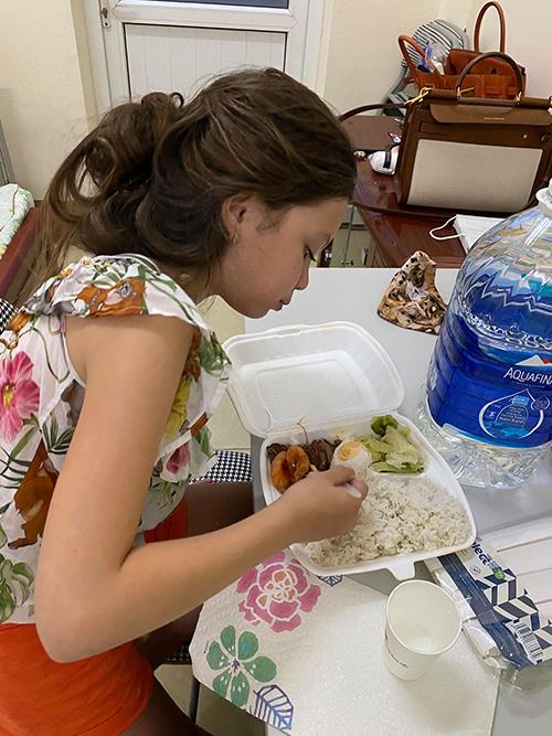 Ba mẹ con Hồng Nhung ở trong phòng gần như toàn thời gian. Ngày ba bữa, các chú bộ đội sẽ đi đặt hộp cơm ở trước cửa phòng và gõ cửa cho nữ ca sĩ ra lấy. Được tiêu chuẩn ba suất cơm nhưng Hồng Nhung chỉ đăng ký một suất mỗi bữa cho cả ba mẹ con để tránh lãng phí nếu không ăn hết.