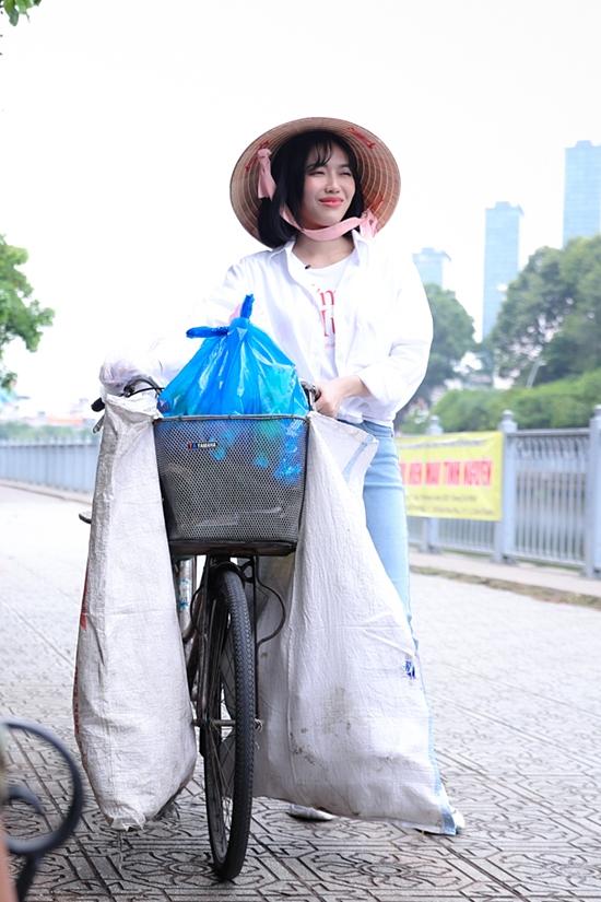 Cô không ngần ngại xắn tay áo, dắt xe đạp đi khắp các con đường của thành phố để nhặt ve chai.