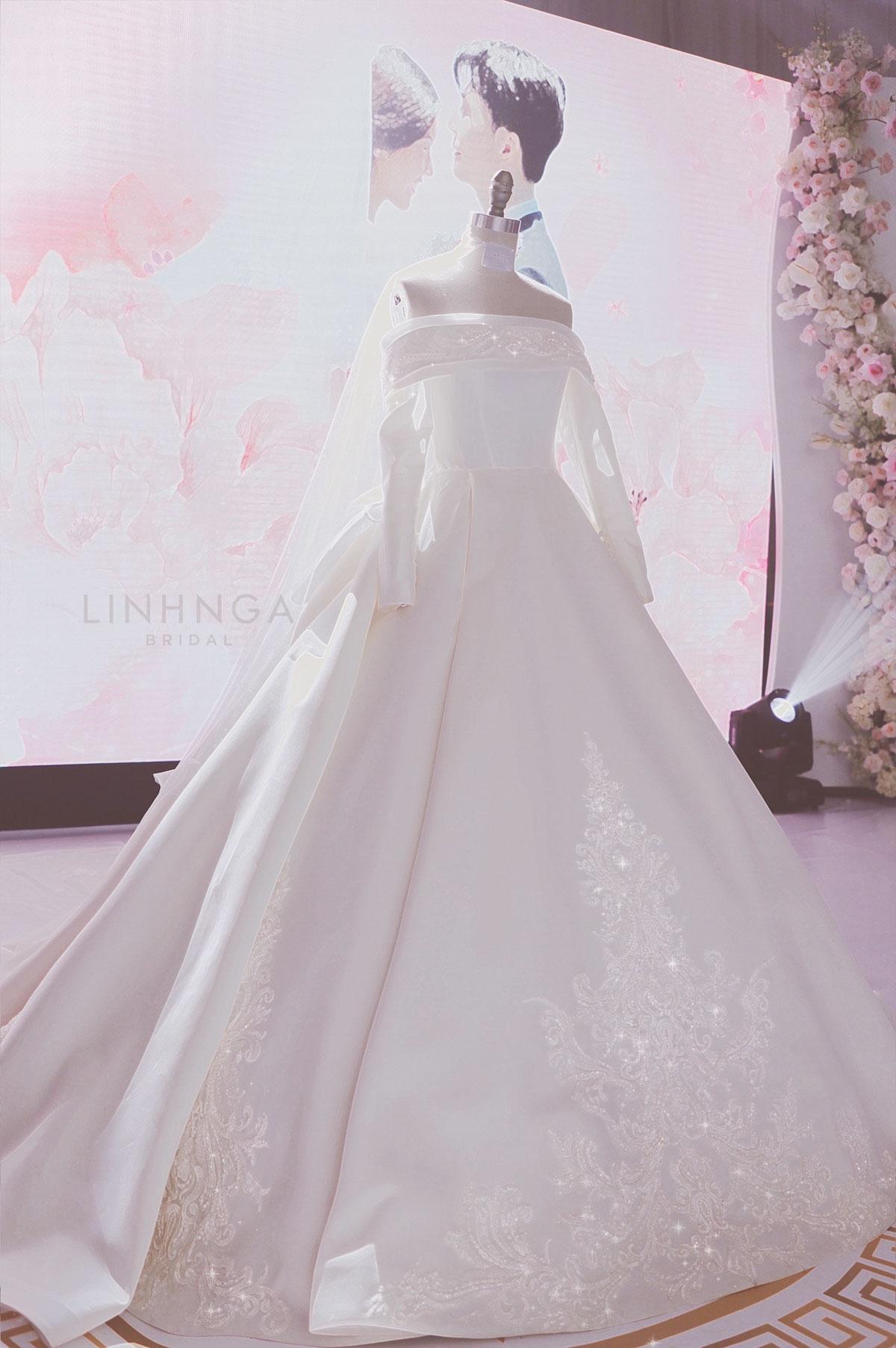 Để cô dâu Thúy Vân được nổi bật giữa dàn khách mời là sao hạng A đình đám trong showbiz Việt, nhà thiết kế sử dụng họa tiết baroque (Ba rốc) theo kiến trúc châu  u, điểm xuyết ở vai, tay áo và tùng váy.