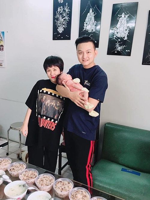 Vợ chồng Huỳnh Tú trong ngày đầy tháng con.