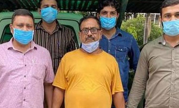 Kẻ sát nhân hàng loạt Devender Sharma (áo vàng). Ảnh: New Delhi Police..