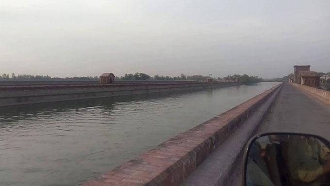 Con kênh Hazara, Kashganj, nơi gã sát nhân Sharma vứt xác các tài xế taxi. Ảnh: Youtube.