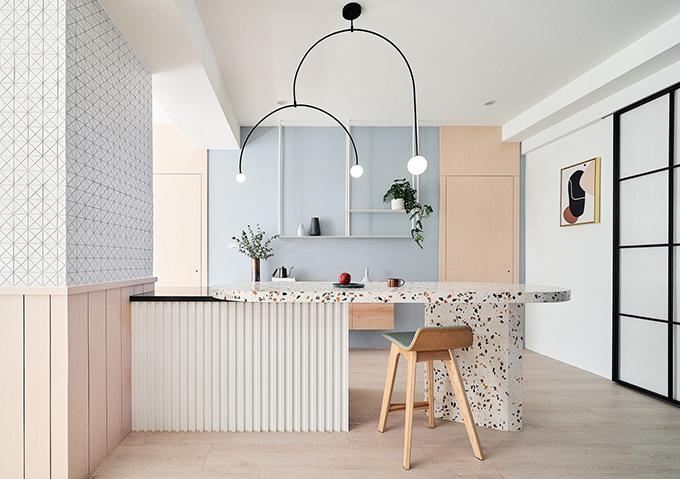 Cột trụ của nhà được kết nối với đảo bếp từ gạch terrazzo.