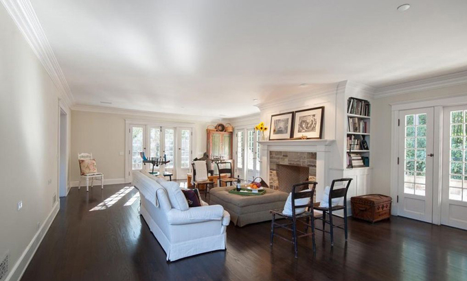 Năm 2018 căn biệt thự này được rao bán với giá 5,45 triệu USD và sau đó được cải tạo lại. Căn biệt thự được cải tạo theo phong cách lãng mạn, có sáu lò sưởi, một thư viện và một sân trung tâm, theo Variety. Sân sau có một vườn rau và hoa hồng. Đặc biệt ngôi nhà này có một hàng rào nhỏ thông với căn siêu biệt thự trị giá 165 triệu USD được Jeff Bezos mua hồi tháng hai. Ảnh:  Variety.