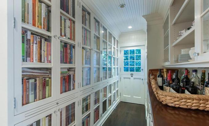 Tủ âm tường cỡ lớn đặt ngay hành lang giữa căn bếp và phòng khách ở tầng một. Ảnh: Variety.