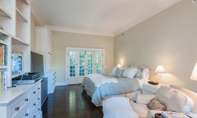 Phòng ngủ chính rộng lớn với gam màu trắng chủ đạo tạo nên cảm giác nhẹ nhàng thư thái cho gia chủ với một cửa lớn hướng ra khoảng vườn rộng lớn. Ảnh: Variety.