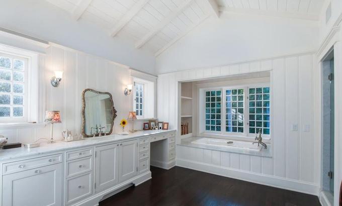 Phòng tắm được thiết kế thông với phòng ngủ chính với màu sắc trang nhã, được trang bị đầy đủ những tiện nghi cao cấp thiết yếu. Bên trong còn có cả phòng thay đồ và bàn trang điểm. Ảnh: Variety.