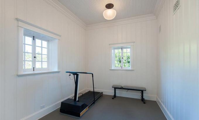 Phòng tập thể dục đơn giản, nhỏ gọn với vài dụng cụ cơ bản. Ngoài ra căn biệt thự này còn có phòng xem phim, thư viện và phòng làm việc dành cho gia chủ. Ảnh: Variety.