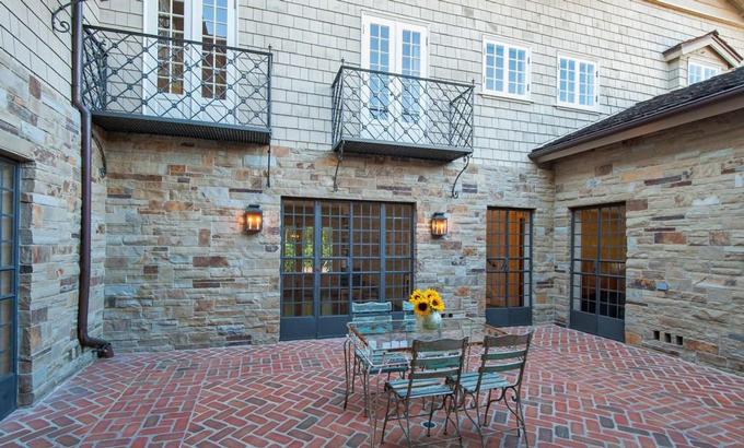 Khu vực ăn uống ngoài trời nằm ở tầng lửng tòa nhà được bao quanh bởi không gian cổ điển và lãng mạn. Ảnh: Variety.