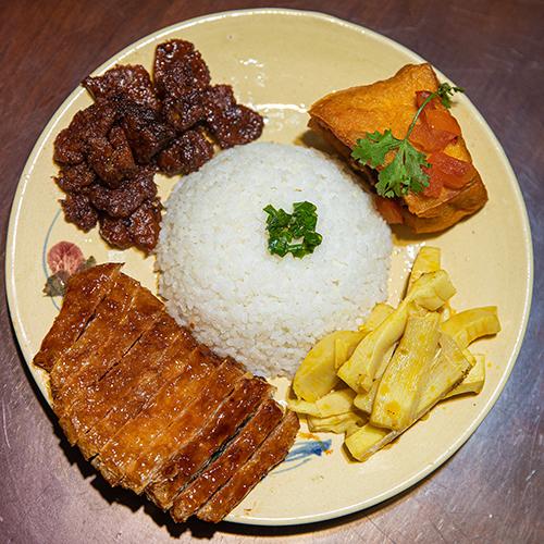 Cơm tấm giá 25 nghìn đồng là món ăn nhận được rất nhiều phản hồi tích cực của khách hàng khi đến ăn ở quán chay của Angela Phương Trinh.