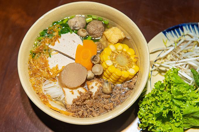 Các món ăn ở quán chay của Angela Phương Trinh được chế biến từ rau củ tươi, trông khá ngon mắt và được bán đồng giá 25 nghìn đồng.