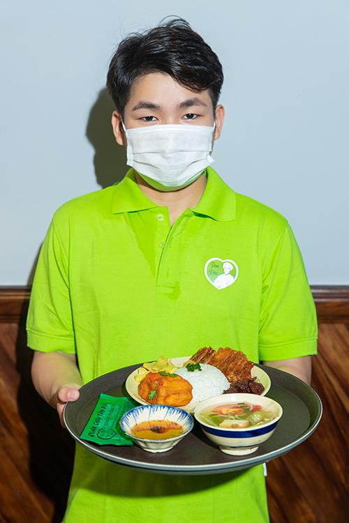 Trong tình hình dịch Covid-19 diễn biến phức tạp, Angela Phương Trinh chú trọng cách bảo vệ sức khoẻ cho nhân viên - khách hàng và có các dịch vụ giao thức ăn nhanh qua các app ứng dụng tiện lợi.