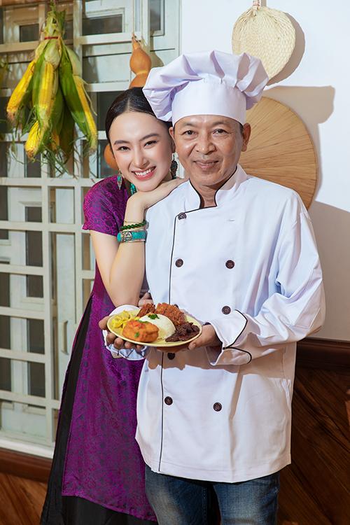 Angela Phương Trinh bên cạnh ba - bếp trưởng của quán chay do cô vừa khai trương vào cuối tháng 7.