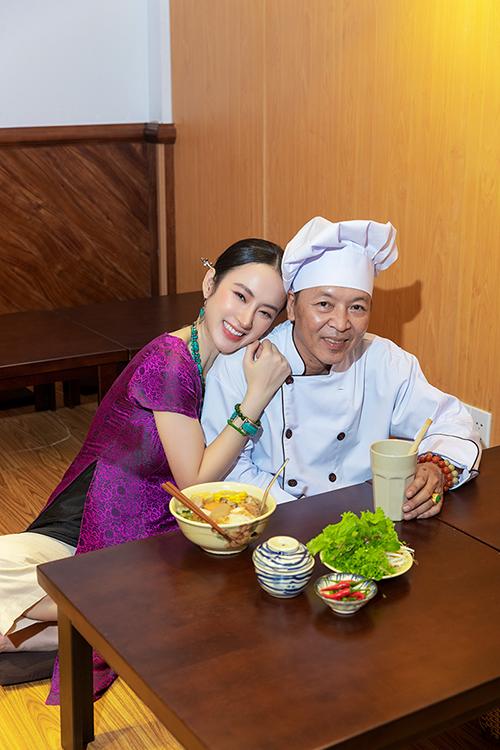 Chia sẻ cùng ngoisao.net, Angela Phương Trinh cho biết, phần lên thực đơn và tìm bếp chính cho quán rất khó. Cô mất khá nhiều thời gian để chuẩn bị cho công đoạn này và cuối cùng đành phải nhờ ba làm bếp chính.