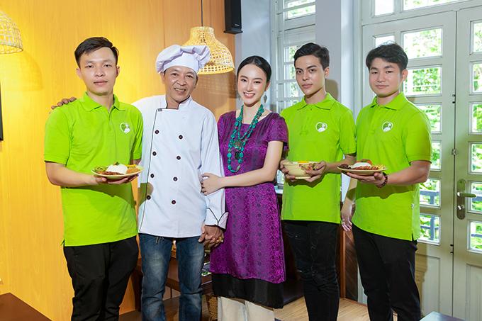 Angela Phương Trinh và ba chụp ảnh cùng các nhân viên trong ngày khai trương quán chay mới.