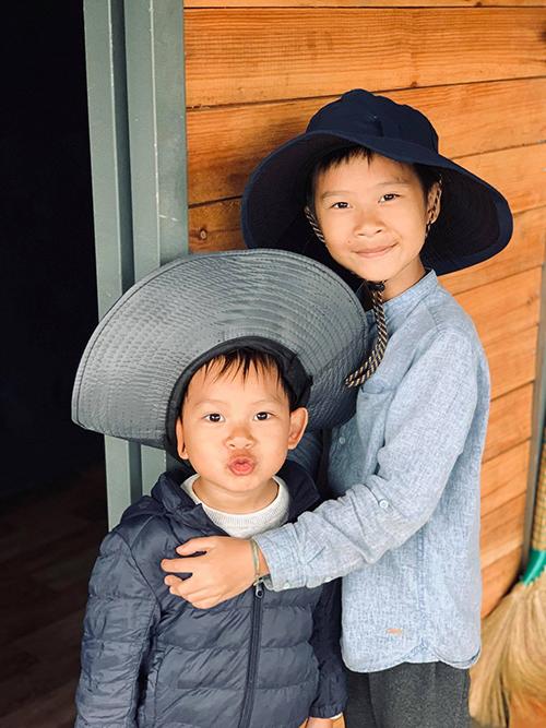 Rio, con trai lớn của Lý Hải - Minh Hà sắp lên lớp 4, rất ham học. Cậu nhóc học cùng lúc bốn ngoại ngữ bao gồm Anh, Nhật, Hàn và Trung.