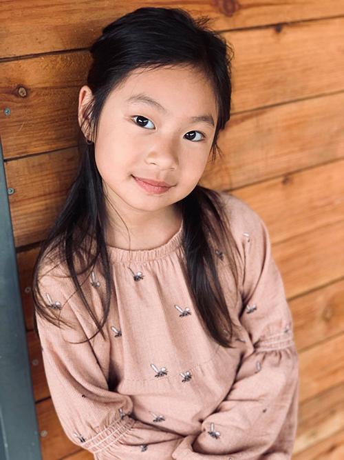 Bé Cherry trông dịu dàng, thuỳ mị và nữ tính ở tuổi lên 7. Cô bé thừa hưởng nhiều nét đẹp từ cả bố lẫn mẹ.