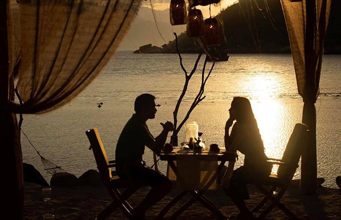 Khoảnh khắc lãng mạn của Vân Hugo và chồng.