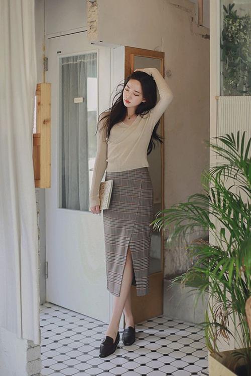 Thay vì diện áo blouse, sơ mi, áo thun tay ngắn trong ngày hè là cách phối các mẫu áo dệt kim cùng chân váy.