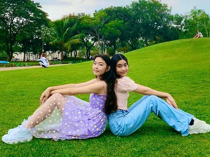 Hai chị em hiện đang là học sinh trường quốc tế, được cha mẹ cho phép tự do theo đuổi những sở thích riêng thay vì định hướng theo nghệ thuật giống cha hay làm kinh doanh như mẹ.