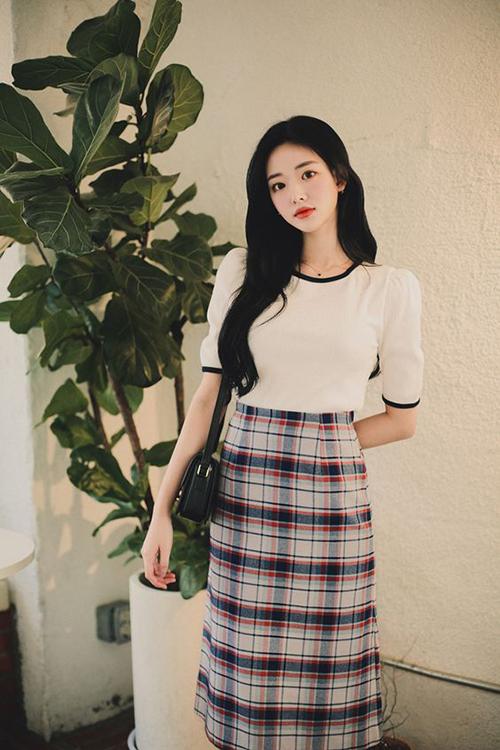 Ở mùa thời trang mới, ngoài các mẫu blazer quen thuộc, vải in hoạ tiết ca rô còn được sử dụng để mang tới các mẫu váy ứng dụng cao.