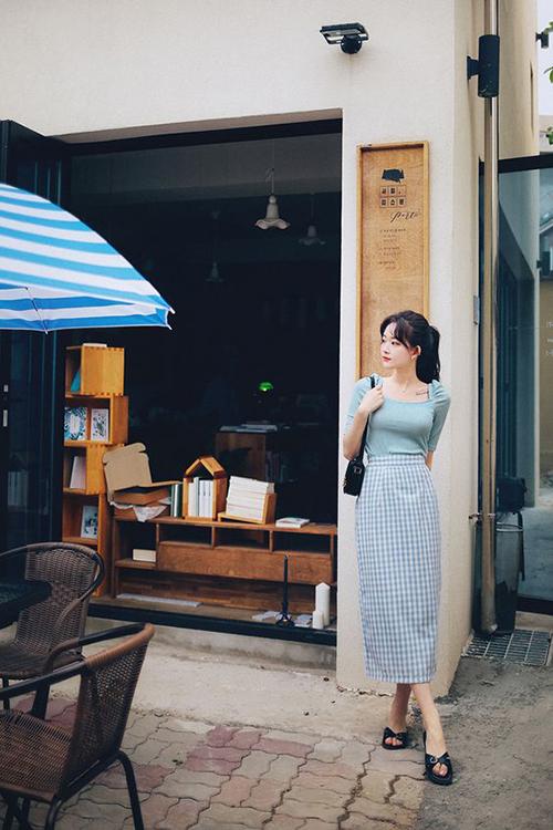 Chân váy dáng bút chì dễ phối hợp cùng các mẫu áo thun ôm, áo blouse giúp các nàng lên đồ đi làm.