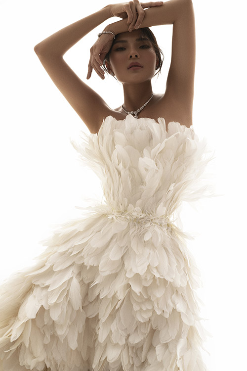 Bộ váy lông vũ của Lê Thanh Hoà khiến Thuý Diễm như hoá thành nàng chim công xinh đẹp.