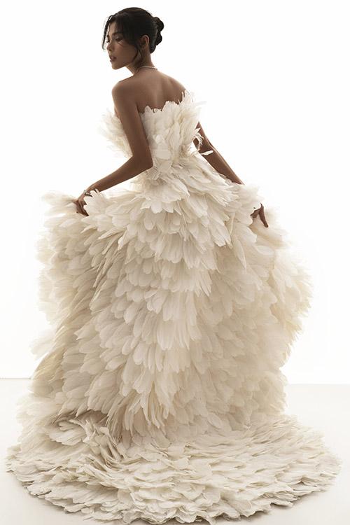 Thuý Diễm cho biết cô rất thích những bộ cánh lộng lẫy, ấn tượng. Người đẹp luôn đầu tư ăn mặc nổi bật khi xuất hiện trước công chúng.