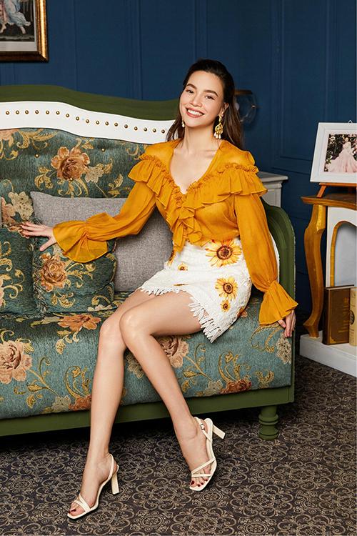 Trong bộ ảnh mới công bố, ca sĩ Hồ Ngọc Hà rạng rỡ trong những thiết kế lấy cảm hứng từ hoa hướng dương với màu vàng mù tạt. Bộ ảnh được thực hiện khi cô mang thai ở tháng thứ ba.